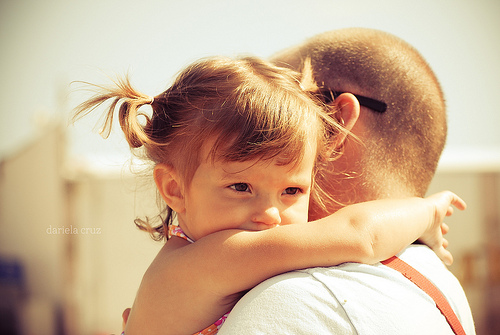 Dad and daughter hugging. -MamiTalks.com