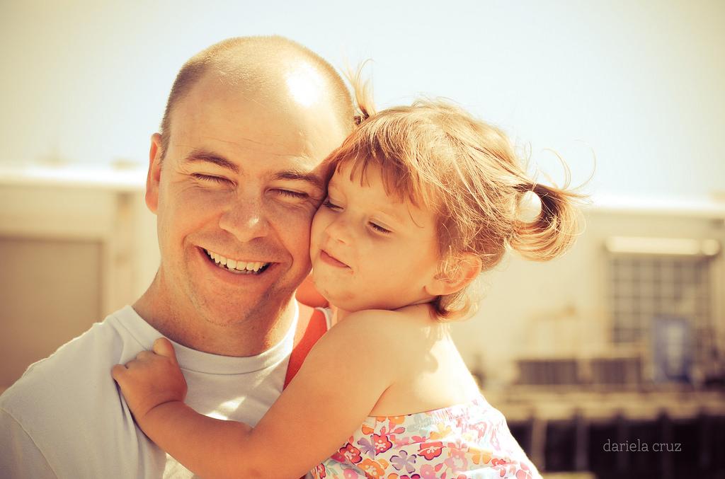 Papá e hija abrándose. -Mamitalks.com