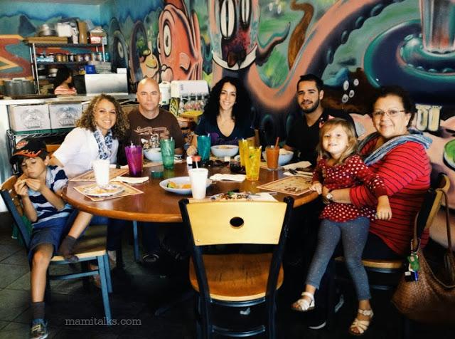 familia_en_un_restaurante_mamitalks