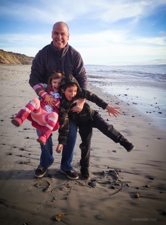 father_and_kids_at_the_beach_mamitalks