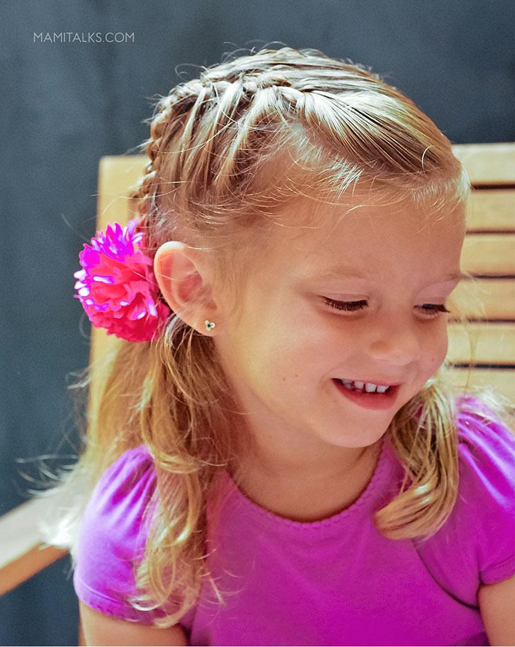niña con media trenza francesa. mamiTalks.com