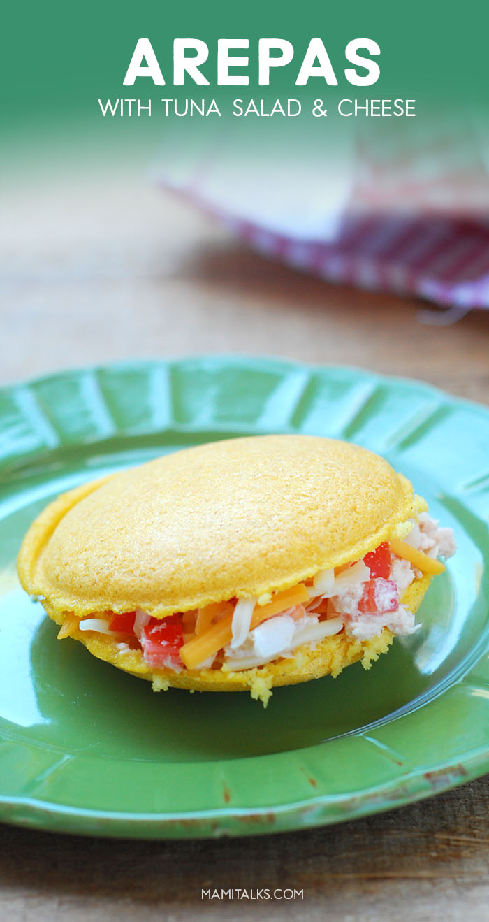 Arepa amarilla rellena de atún y queso. -MamiTalks.com