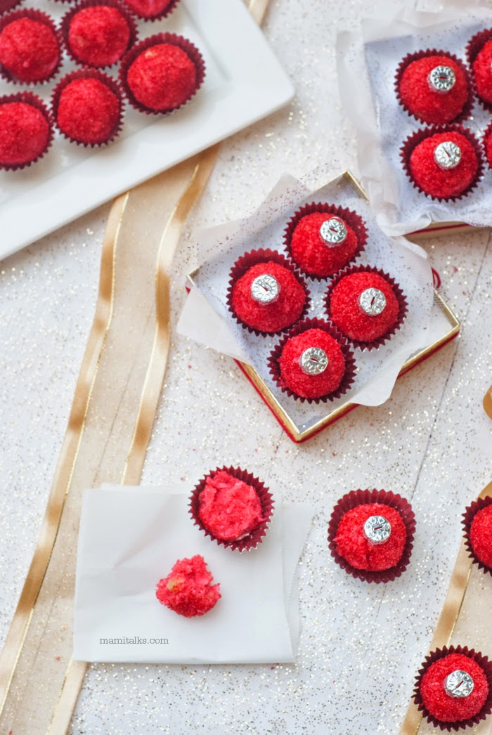 DIY edible Christmas gift, they look like ornaments, strawberry treats. -MamiTalks.com