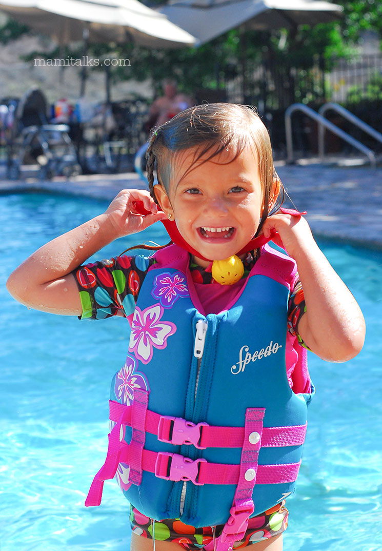 Little girl in the pool -Mamitalks.com