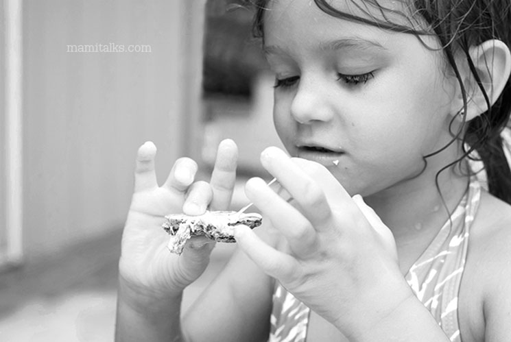 little girl eating smores. mamiTalks.com