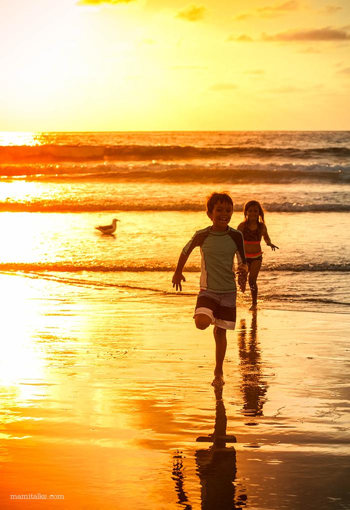 kids-running-at-the-beach-in-sunset-mamitalks