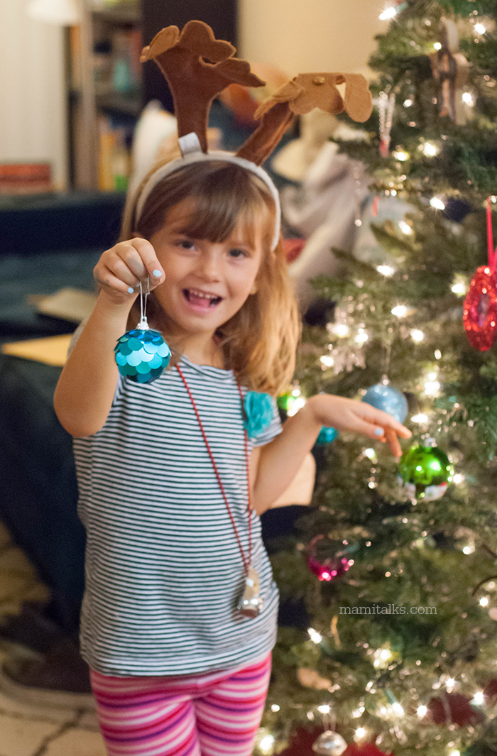 girl-decorating-the-christmas-tree-mamitalks