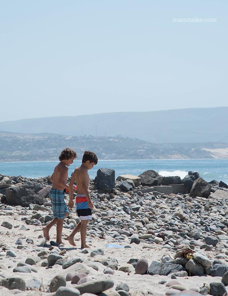 kids-walking-on-the-beach-mexico-mamitalks