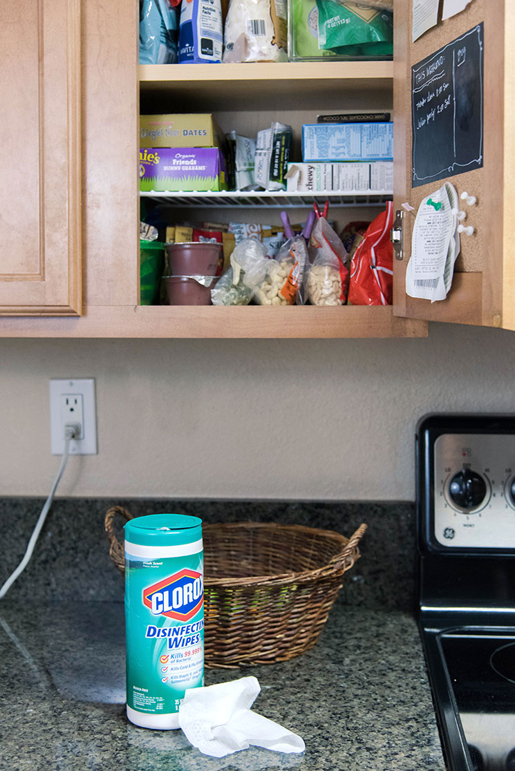 Cleaning Kitchen cabinets with Clorox wipes -MamiTalks.com