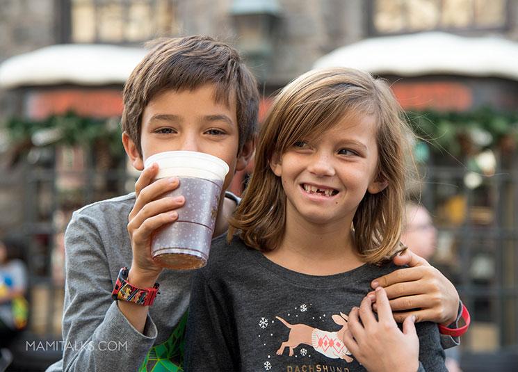 Niños tomando Butter Beer en Universal Studios -MamiTalks.com