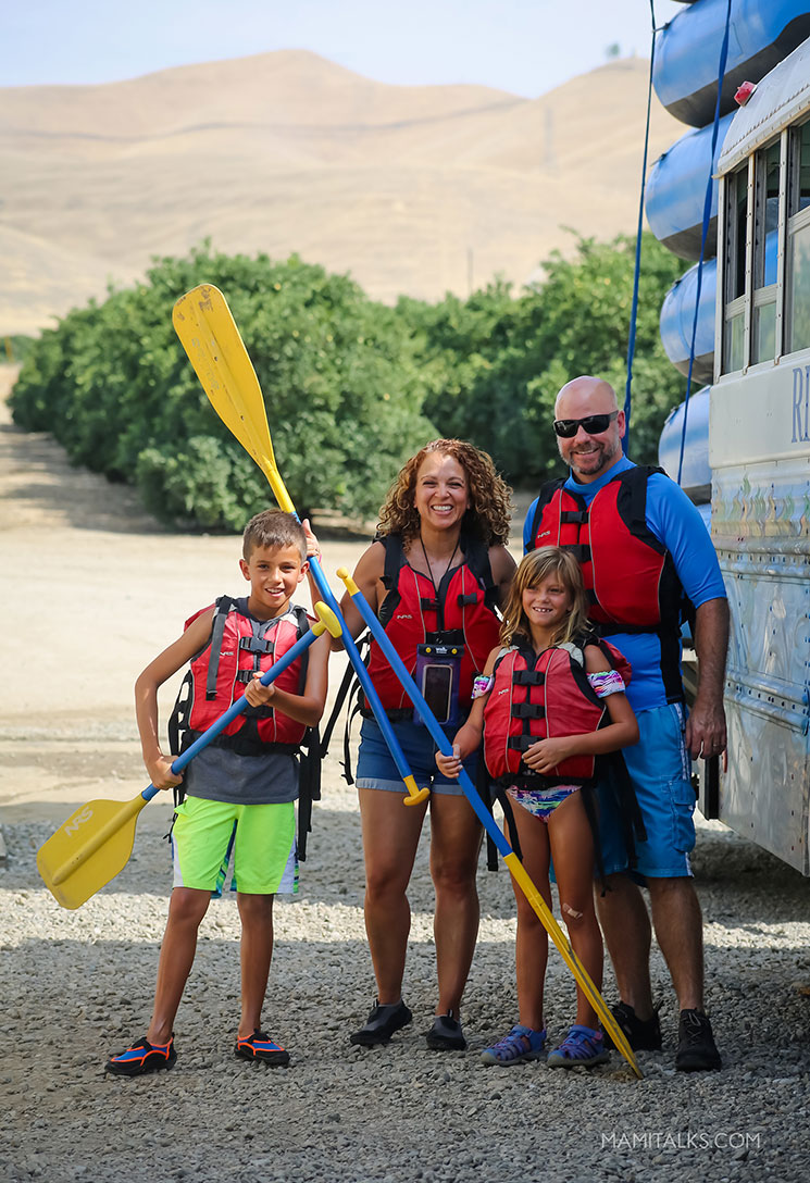 Antes de irnos a rafting, en frente del autobus. family river rafting in Bakersfield, CA -mamitalks.com