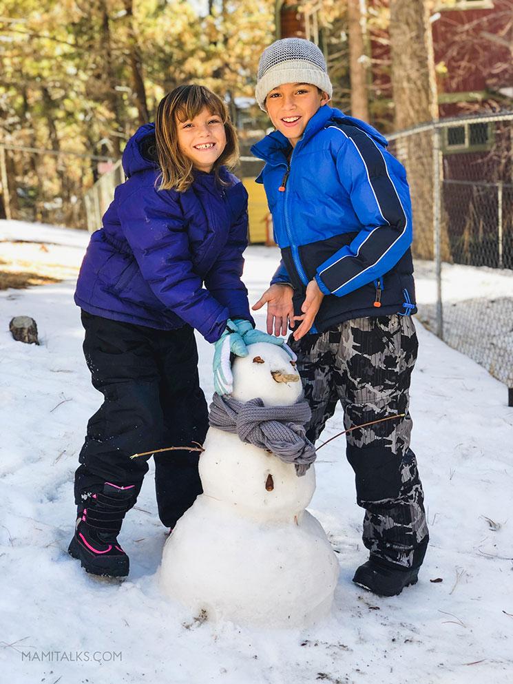 Kids with a snowman. -MamiTalks.com