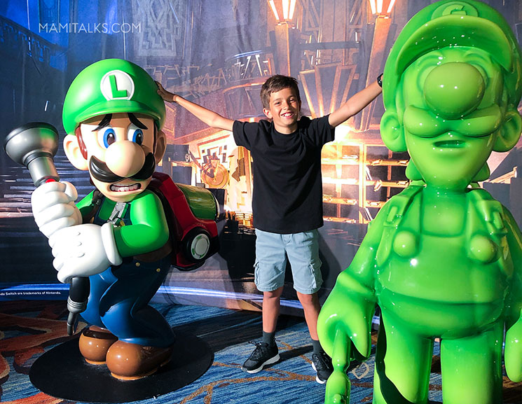 Kid at Nintendo event in comicon with Luigi. -MamiTalks.com