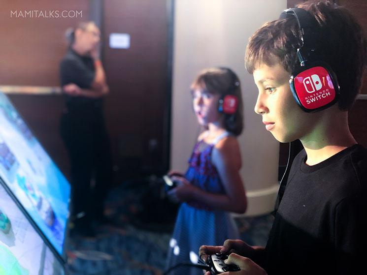 Kids playing Nintendo video games. -MamiTalks.com