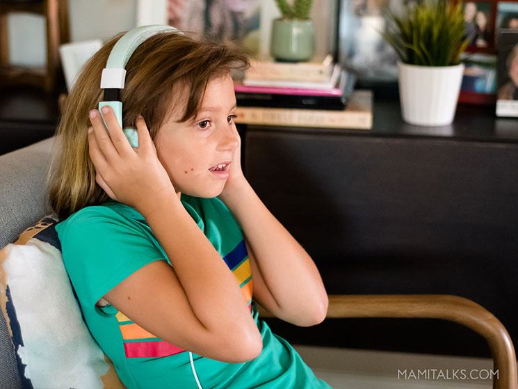 Girl listening to podcast with headphone. -MamiTalks.com