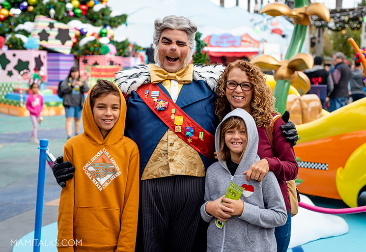 Family picture at Whoville, Holidays at Universal Studios Holywood -MamiTalks.com